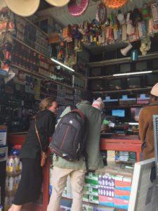 Justin och Elin i Mafinga när solpaneler skulle inköpas.