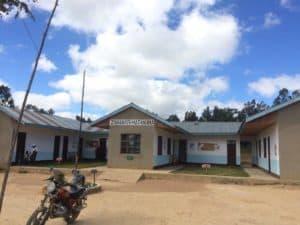 Vårdcentralen i Matanana. Nu utrustad med solpanel och lampor i varje rum.